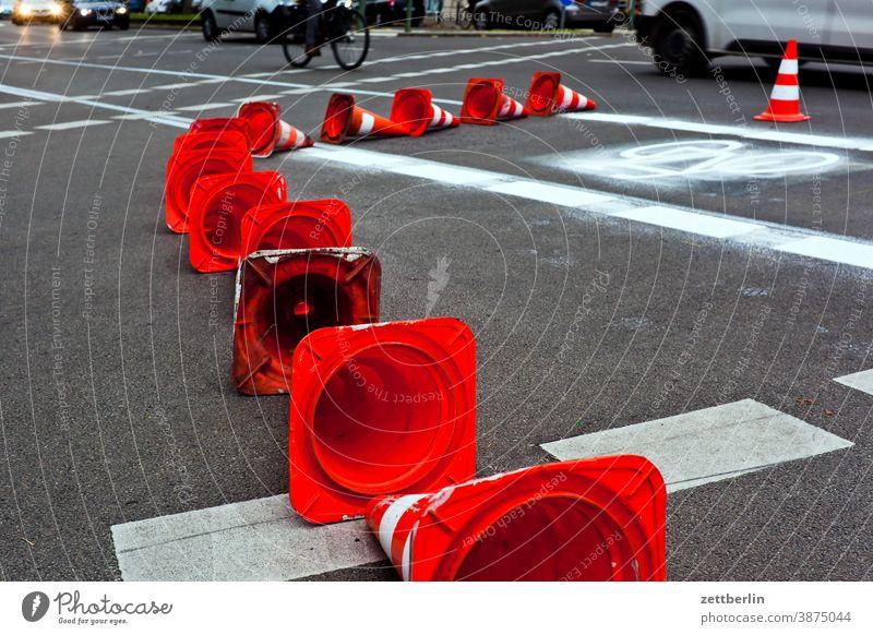 Einrichtung eines neuen Fahrradweges abbiegen asphalt beschriftung ecke fahrbahnmarkierung fahrrad fahrradweg hinweis hütchen kante kegel kurve linie links navi