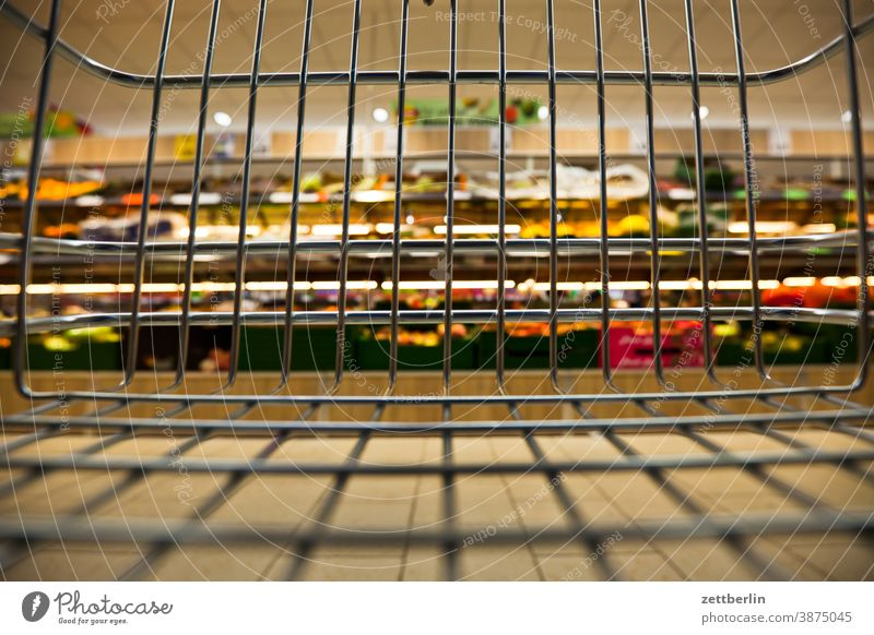 Leerer Einkaufswagen auswahl bedarf discounter einkauf einkaufen einkaufswagen ernährung essen lebensmittel lebensunterhalt markthalle shopping sortiment