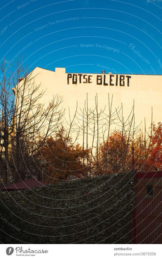 Potse bleibt altbau aussage außen botschaft brandmauer farbe fassade gesprayt grafitti grafitto haus himmel himmelblau hinterhaus hinterhof innenstadt kunst