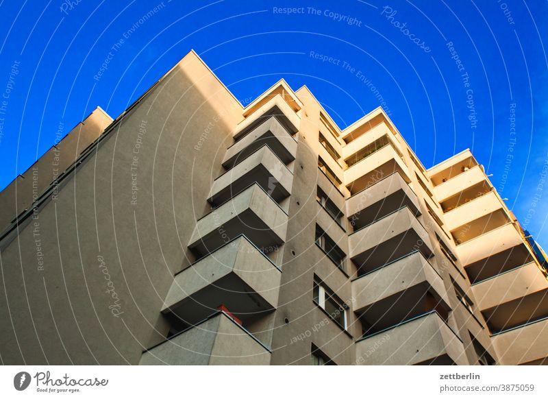 Anonymes Wohnhochhaus in Schöneberg architektur außen berlin büro city deutschland fassade fenster froschperspektive hauptstadt himmel himmelblau innenstadt