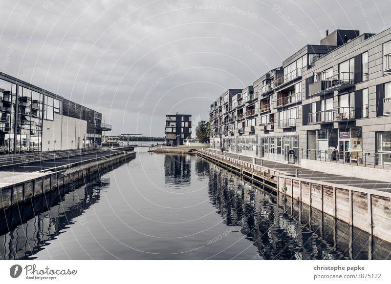 Moderne Häuser am Wasser Haus wohnen Immobilie Gebäude Luxus modern Architektur Bauwerk Fassade Fenster Außenaufnahme Menschenleer Wohnung Stadt urban immobilie