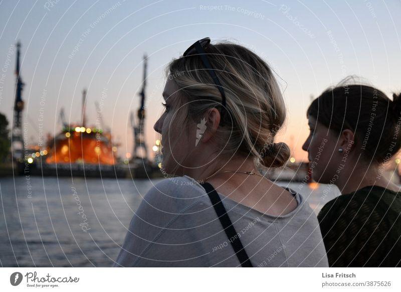 HAFEN - DÄMMERUNG  HAMBURG - BEOBACHTEN Frau blond Freundinnen Freundschaft Sommer Zusammensein Außenaufnahme Zopf Dämmerung Abend Abenddämmerung Schönes Wetter