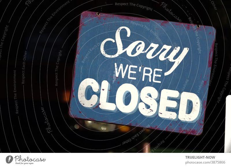 Sorry we're CLOSED Blaues Vintage Metallschild mit weisser Schrift im Fenster eines Restaurants hat  in der Pandemie Lockdown Zeit der Insolvenzen besondere Bedeutung | Corona Thoughts