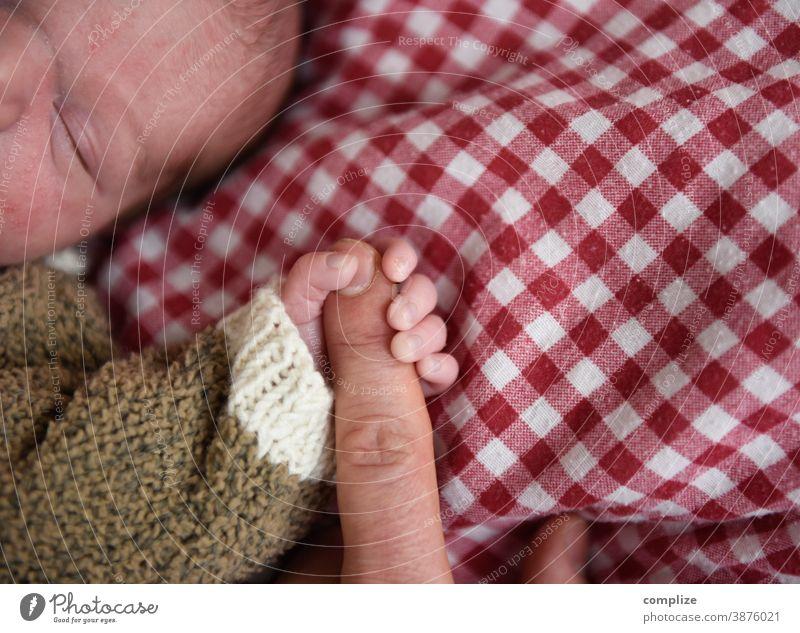 festhalten Baby Finger säugling schlafen Vertrauen Sicherheit Bett Bettdecke pappa Vater Kind Eltern