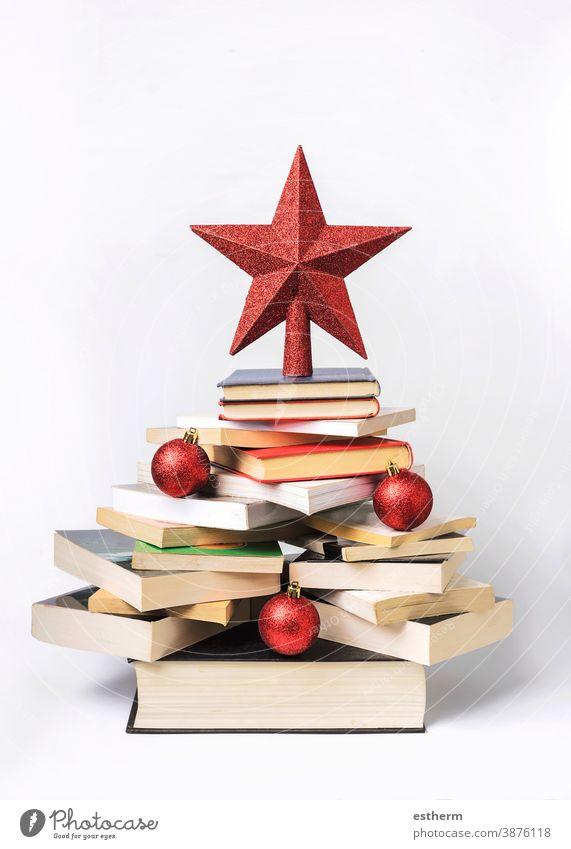 Hintergrund des Weihnachtskonzepts. Bücher in Form eines Weihnachtsbaums Weihnachten Weihnachtshintergrund lesen Lehrbuch Wissen lernen Buchhandlung Heiligabend