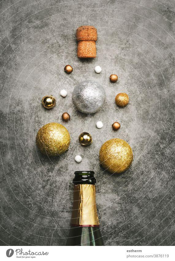 Hintergrund zum Konzept der Silvesterfeier: Champagnerflasche mit Weihnachtskugeln Weihnachten Textfreiraum Schaumblase Silvester-Konzept Explosion Flasche