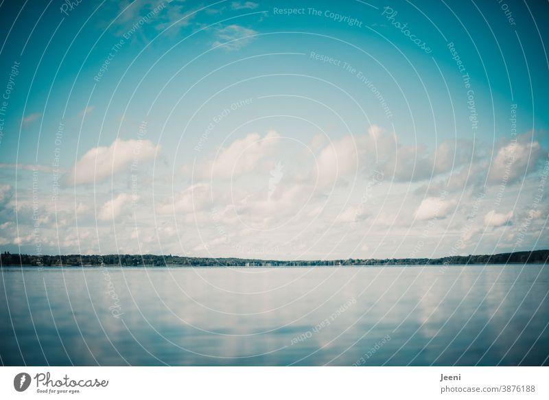 Spiegelung von Himmel und Wolken in der Wasseroberfläche eines Sees Seewasser Horizont blau weiß Reflexion & Spiegelung ruhig Außenaufnahme Natur Landschaft