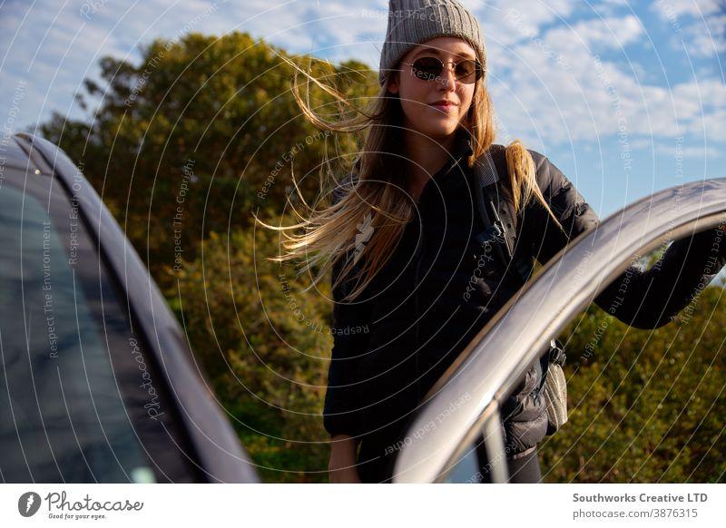 Junge Frau mit Rucksack steigt vor Wanderung auf dem Land aus dem Auto wandern Junge Frauen Spaziergang laufen aktiv Feiertag Urlaub Autoreise PKW