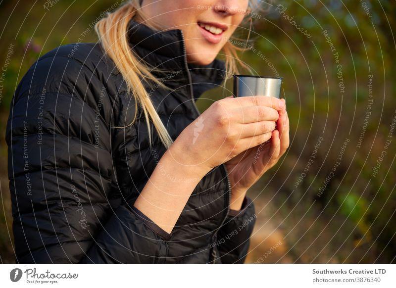 Nahaufnahme einer Frau, die eine Pause vom Wandern auf dem Land einlegt und Kaffee aus der Flasche trinkt Wanderung laufen Junge Frauen wandern Spaziergang
