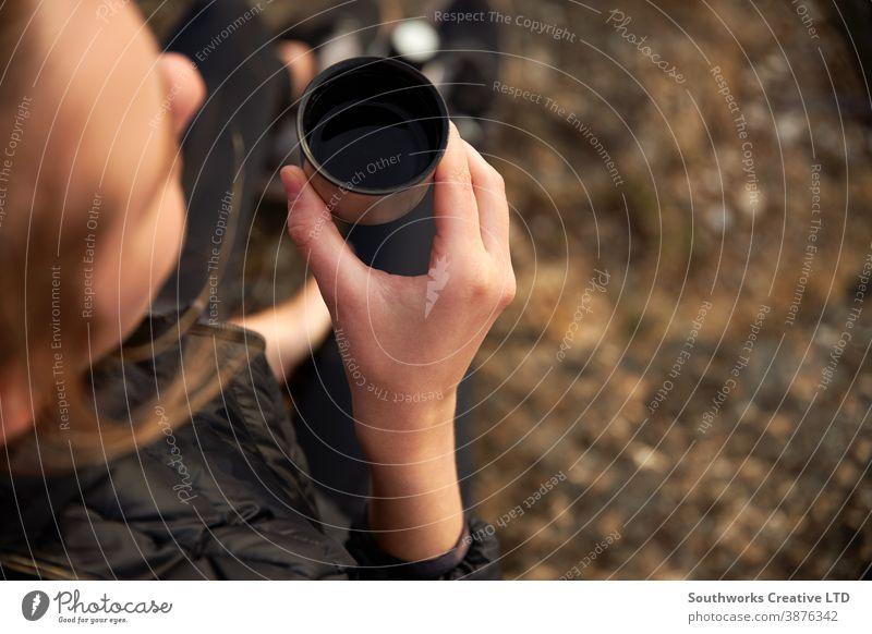 Nahaufnahme einer Frau, die eine Pause vom Wandern auf dem Land einlegt und Kaffee aus der Flasche trinkt laufen Junge Frauen Wanderung wandern Spaziergang