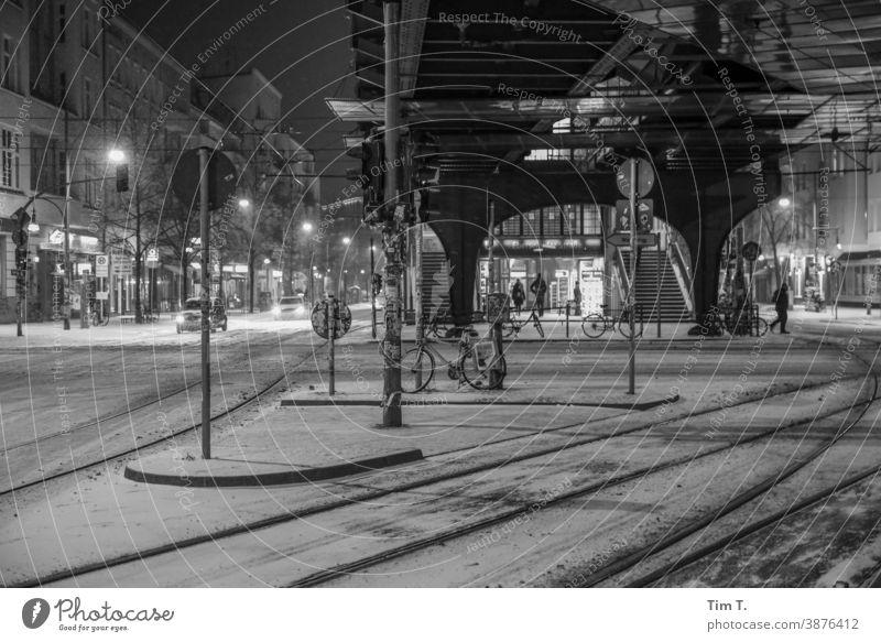 Nachts an der verschneiten Kreuzung Schönhauser Allee Ecke Eberswalder Berlin Prenzlauer Berg Winter Schnee Bahnhof Schwarzweißfoto black/white Stadt