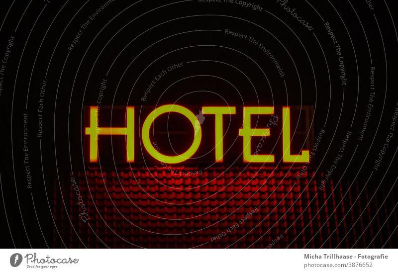 Hotel - Leuchtreklame in der Nacht Hotelgewerbe Schriftzug Dach Haus Hausdach leuchten Tourismus Touristen Urlaub Übernachtung Ferien & Urlaub & Reisen reisen