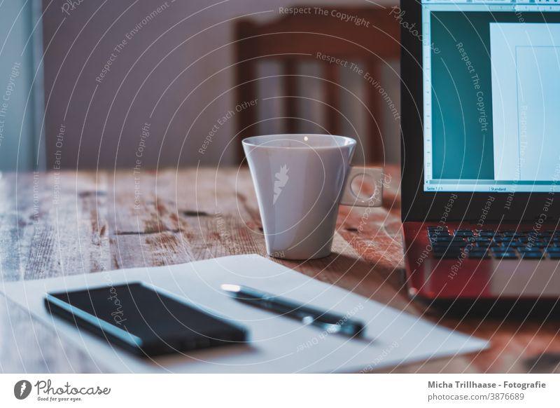 Büroarbeitsplatz Laptop PC Notebook Stift Kugelschreiber Papier Zettel Handy Smartphone Kaffeetase Tisch Holztisch Stuhl Homeoffice Arbeitsplatz Business