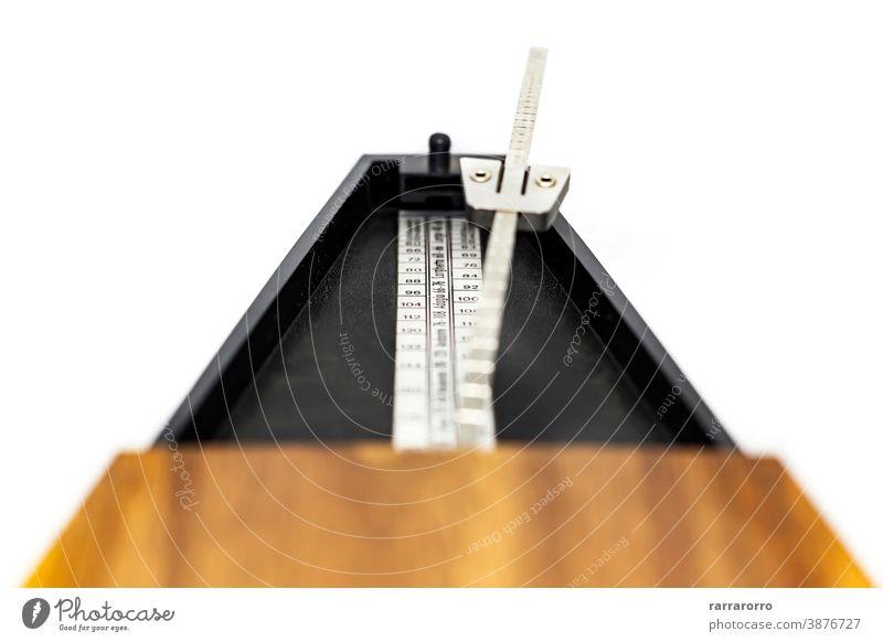 Detail des Pendels eines klassischen Metronoms. Werkzeug zur Rhythmusmessung. Musik Zeit Tempo Musical schlagen Instrument Bewegung Klang alt Objekt pendeln