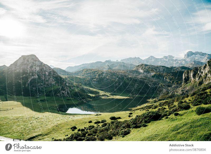 Erstaunliche Berge spiegeln sich im ruhigen See Berge u. Gebirge Reflexion & Spiegelung reflektieren Hochland Teich Oberfläche sanft Landschaft Windstille