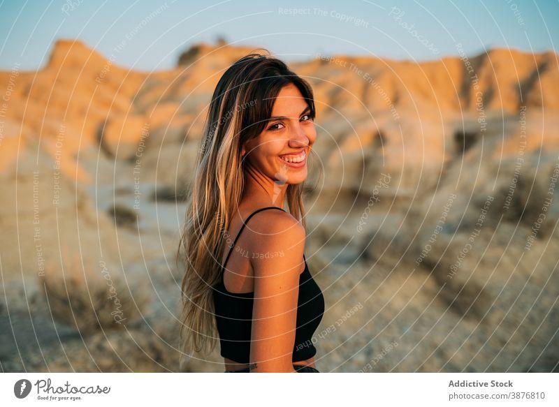 Entzückte Frau genießt Sommerurlaub in der Wüste bardenas reales Reisender Sonnenuntergang Tourismus genießen Tal wüst trocknen Spanien Sonnenlicht Natur Glück