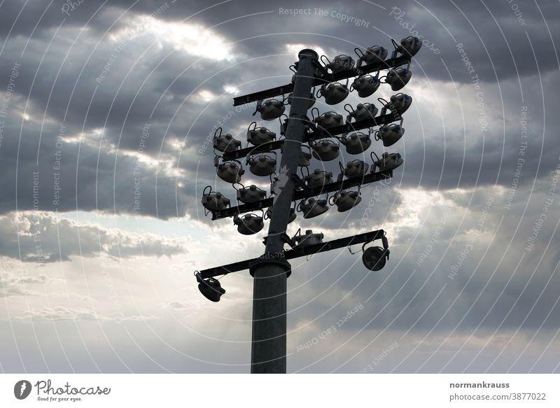 Flutlicht stadionbeleuchtung flutlicht strahler scheinwerfer blau himmel lampe mast halogenstrahler betonmast
