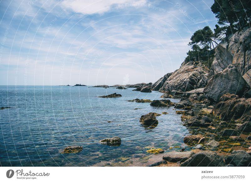 Landschaft eines kleinen Kieselstrandes umgeben von Felsen mit Vegetation Costa Brava calella de palafrugell Palamos Ansichten MEER Wasser mediterran Katalonien