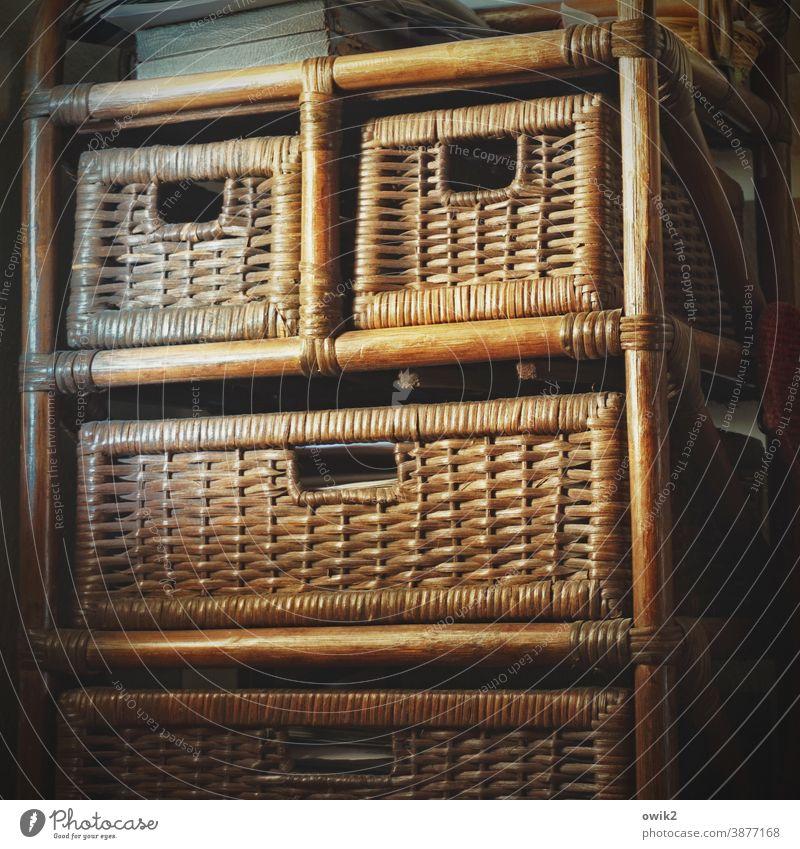 Bogumil Maske Gesicht breit streng eckig anonym Schrank Schubladen Holz Rattan Innenaufnahme Farbfoto alt Menschenleer Wand Möbel Licht Innenarchitektur