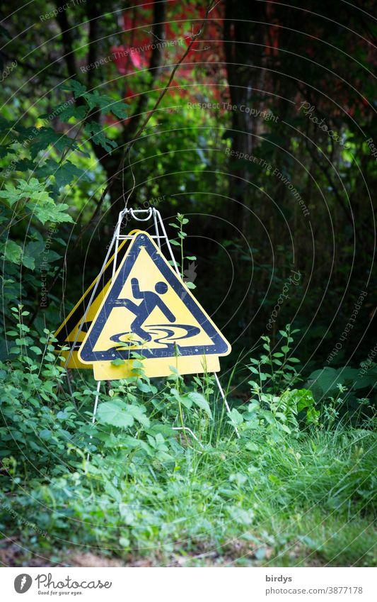 Aufsteller Warnschild Rutschgefahr in freier Natur. bizzar und lustig Warnung ausrutschen Garten Schilder & Markierungen Warnhinweis außergewöhnlich Büsche