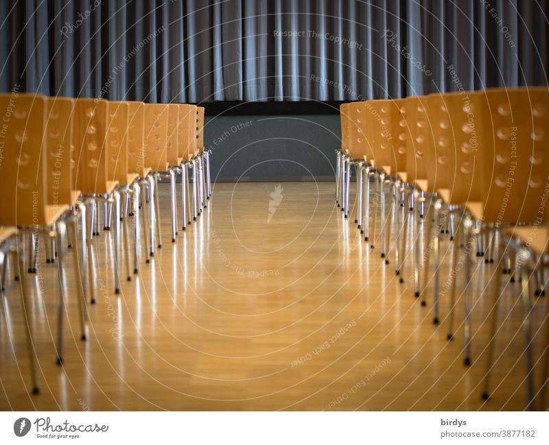 leerer Veranstaltungsraum , leere Stuhlreihen , geschlossener Bühnenvorhang. Künstler, Soloselbstständige . Corona Not Menschenleer Veranstaltungsbranche Kultur