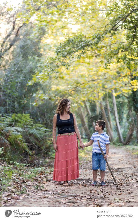Frau und Kind beim Waldspaziergang Abenteuer Rucksack Junge Kaukasier Kindheit Kinder Familie Hand Fröhlichkeit Glück Wanderung Wanderer wandern Feiertag