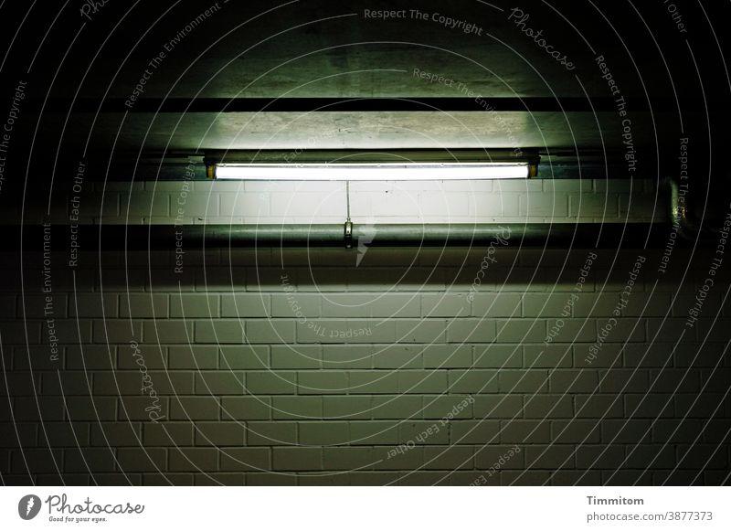 Es werde Licht! Neonröhre Beton Rohr Metall Mauer Wand Lichtschein Schatten Menschenleer grau