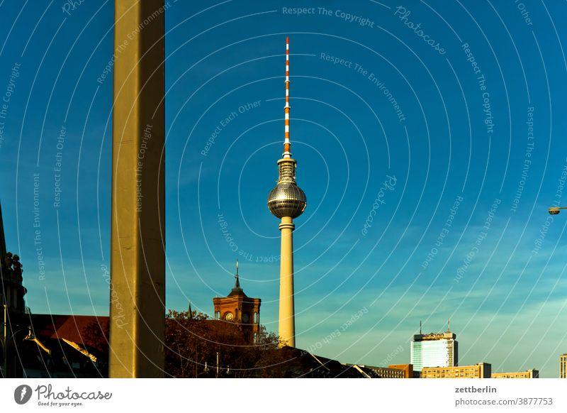 Fernsehturm und Rotes Rathaus alex alexanderplatz architektur berlin büro city deutschland fernsehturm froschperspektive hauptstadt himmel hochhaus innenstadt