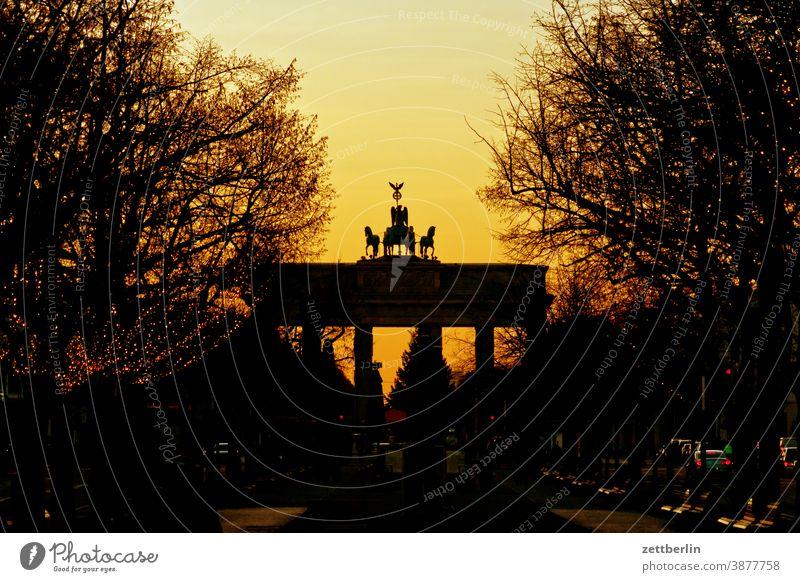 Brandenburger Tor am Abend abend architektur berlin büro city deutschland froschperspektive hauptstadt himmel innenstadt mitte platz tourismus brandenburger tor