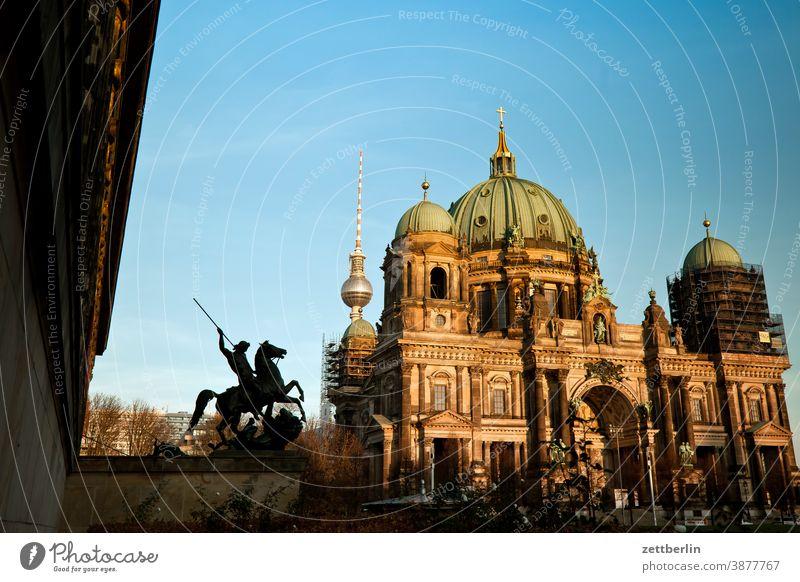 Berliner Dom, Altes Museum und Fernsehturm architektur berlin büro city deutschland froschperspektive hauptstadt haus himmel innenstadt mitte skyline tourismus