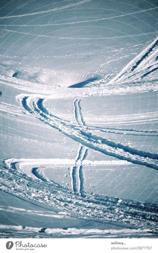 Spuren von Schneeschuhfahrern im tiefen Schnee am Berghang Wintersport Schneehang Schneeschuhfahren Schilaufen Skifahren Winterurlaub Außenaufnahme