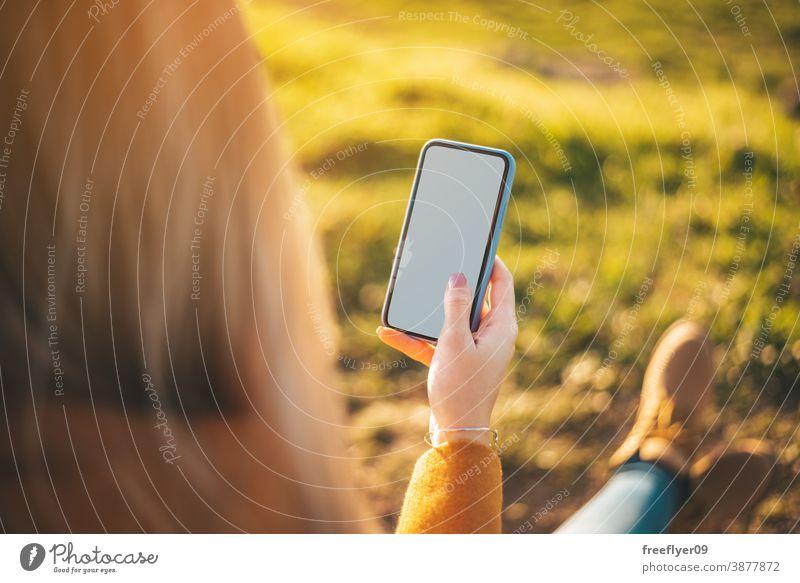 Attrappe einer Frau mit ihrem Telefon weiß Bildschirm Technik & Technologie Mitteilung Internet Natur Textfreiraum gelb Mantel Herbst Winter unkenntlich Stiefel