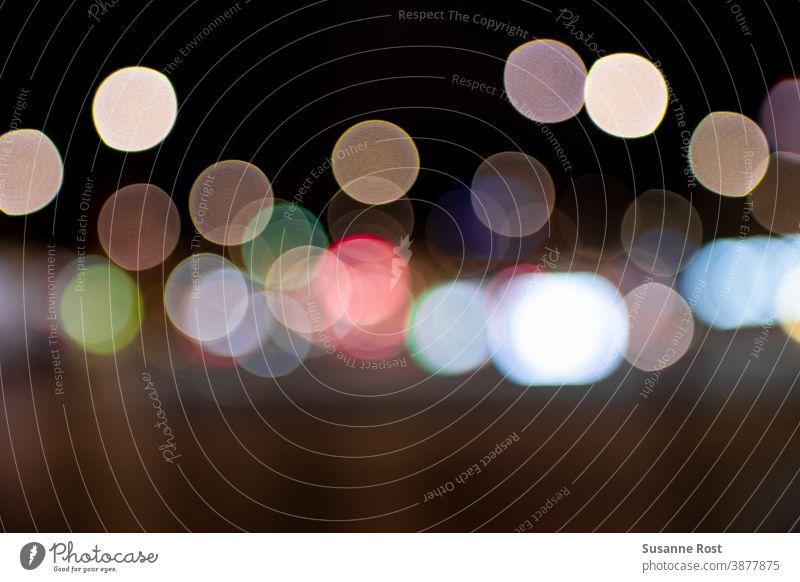 Bunte Straßenlichter bilden ein schönes Bokeh defokussiert Unschärfe Farbfoto bunt bubbles Kreise Lichtpunkte nachts Hintergrund abstrakt Lichter Nacht