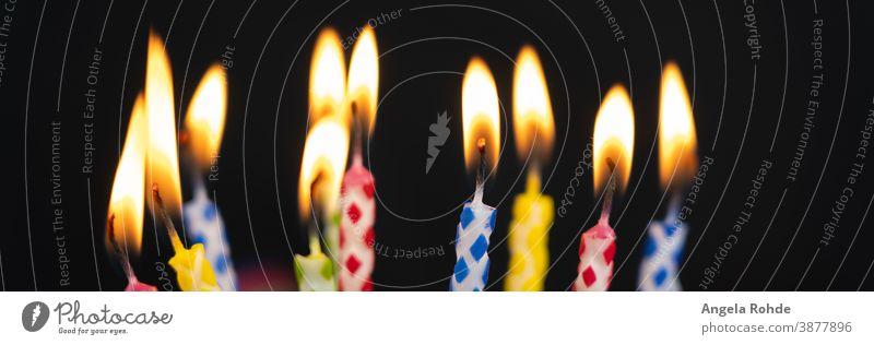 Viele brennende bunte Geburtstagskerzen, schwarzer Hintergrund mit Kopierraum Flamme Kerzen Feuer farbenfroh Party Spaß Jahrestag Lebensalter Feier Wachs heiter