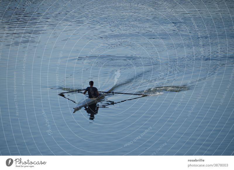 jetzt aber schnell | Ruderer Kanu Kajak See Gewässer Fluss Wasser fahren rudern Sport Freizeitbeschäftigung Hobby Spaß Erholung aktiv Freude einsam alleine Boot