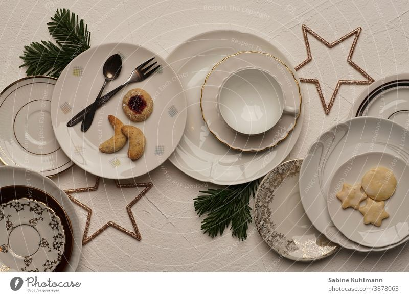 Verschiedene Teller mit Gebäck und Weihnachtsdekoration teller mit weissem hintergrund Kaffeetasse Kaffeetisch Kaffeegeschirr Farbfoto Kaffeetrinken Tasse