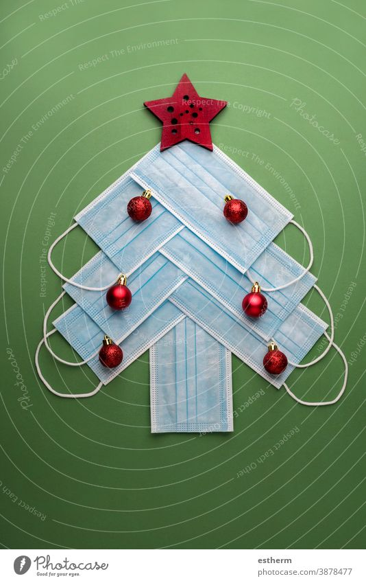 Hintergrund des Weihnachtskonzepts.chirurgische Schutzmasken in Form eines Weihnachtsbaums Weihnachten Chirurgische Schutzmasken Coronavirus COVID covid-19