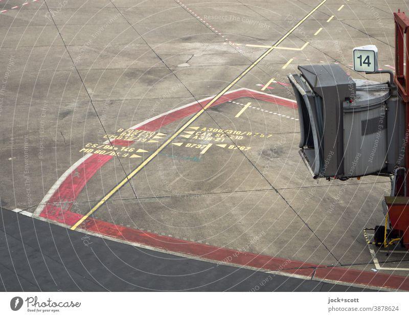 geschlossene Passagierbrücke Nummer 14 Fluggastbrücke Flughafen Bodenmarkierung authentisch Linie Betonplatte Zahl Linienführung Bereich Strukturen & Formen