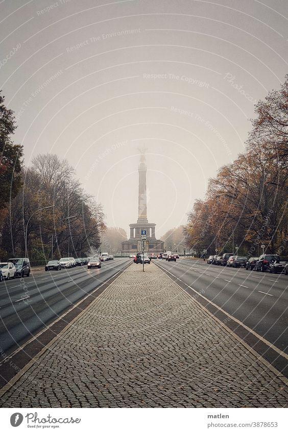 Novembernebel Berlin Hauptstad 17. juni Nebel Siegessäule Strasse Autos Magistrale Verkehrswege Mittelstreifen Himmel Wolken Straße des 17. Juni Wahrzeichen
