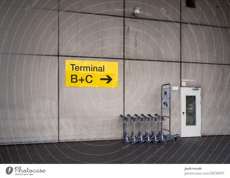 Kofferkulis, Terminal A, Flughafen Tegel Richtungspfeil Wand Wegweiser Fassadenverkleidung Schilder & Markierungen Tür Orientierung Symmetrie Farblosigkeit