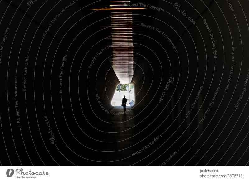 Alleine in der Dunkelheit Tunnel Silhouette Gegenlicht Wege & Pfade Durchgang Fußgänger Tunnelblick Low Key gehen Symmetrie Identität Architektur Mittelpunkt