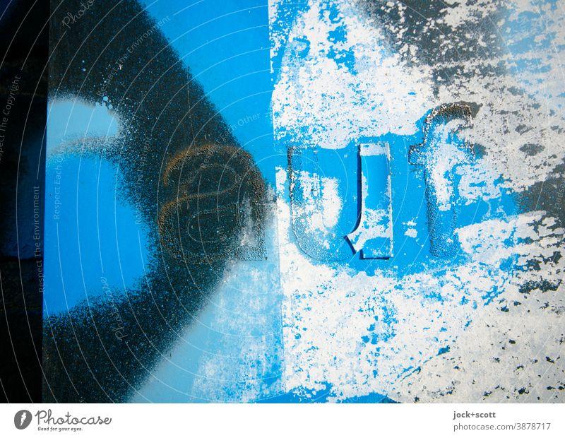 besprühte Oberfläche mit dem Wort auf blau Spray Straßenkunst Subkultur Farbrest Kreativität Detailaufnahme Typographie abstrakt Schilder & Markierungen