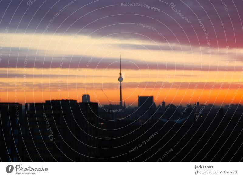Abendrot über der Großstadt Hauptstadt Berliner Fernsehturm Hintergrundbild Lichterscheinung Sonnenuntergang Panorama (Aussicht) Silhouette Stadt Low Key