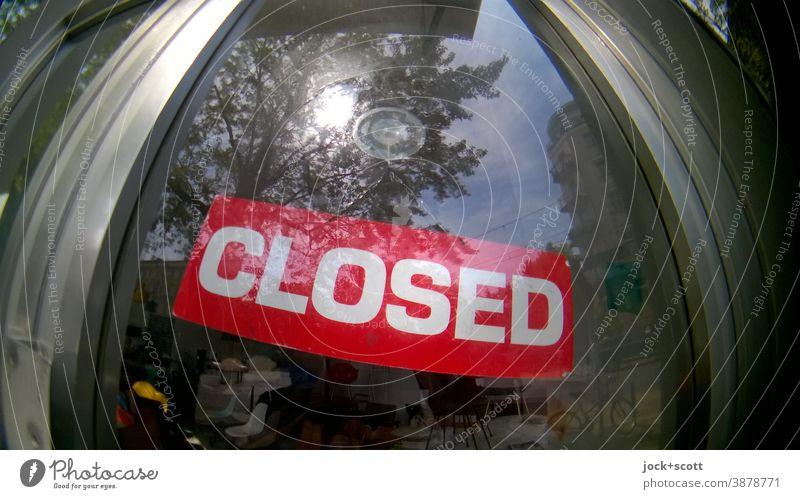CLOSED Laden in Mitte Fischaugenobjektiv Weitwinkel geschlossen Ladengeschäft Glasscheibe Wort Typographie Schilder & Markierungen Hinweisschild Verzerrung