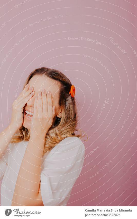 Die blonde Frau schloss ihre Augen mit den Händen und wartete auf eine Überraschung. erstaunt Hintergrund schön blondes Haar zugeklappt geschlossene Augen