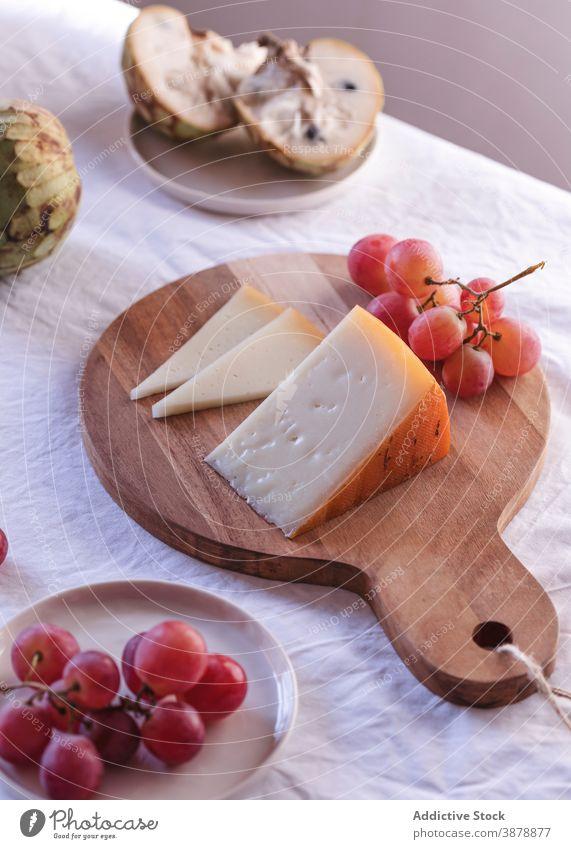 Frisches Obst und Käse auf dem Tisch arrangiert Frucht sortiert dienen verschiedene Produkt Ordnung Molkerei Amuse-Gueule lecker geschmackvoll frisch anona