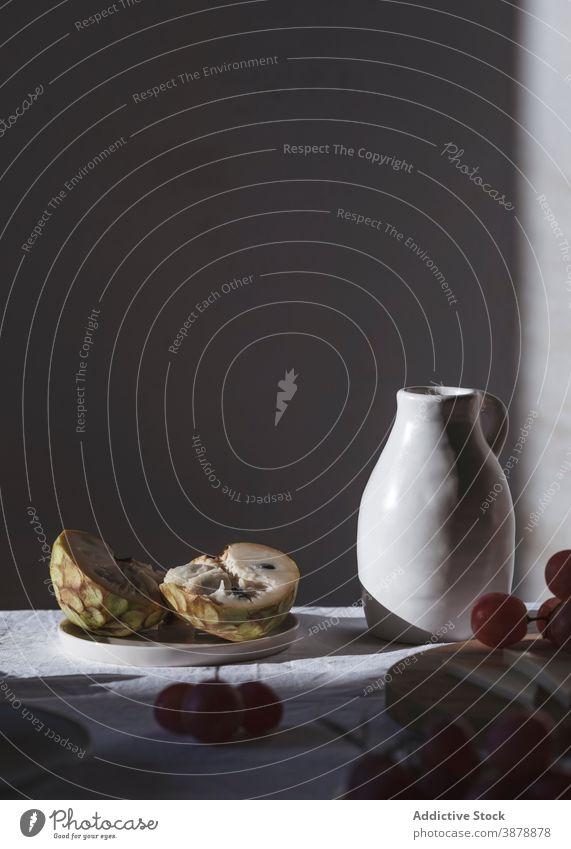 Frische Früchte und Käse auf Tisch mit Krug arrangiert Keramik Kannen Frucht sortiert dienen verschiedene Produkt Ordnung Molkerei Amuse-Gueule lecker