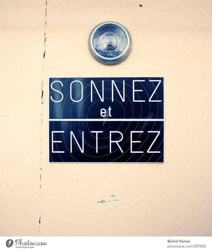 Einfach reinkommen... Ferien & Urlaub & Reisen blau alt Stadt weiß Haus schwarz gelb hell offen Tür Glas Schriftzeichen Hinweisschild beobachten lesen
