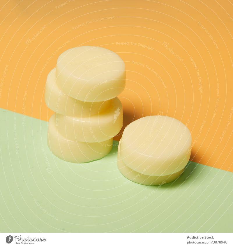 Satz runde Seife auf Tisch natürlich Sammlung umweltfreundlich Kosmetik Produkt Routine Hygiene täglich Form frisch Schönheit organisch Kulisse Spa rein