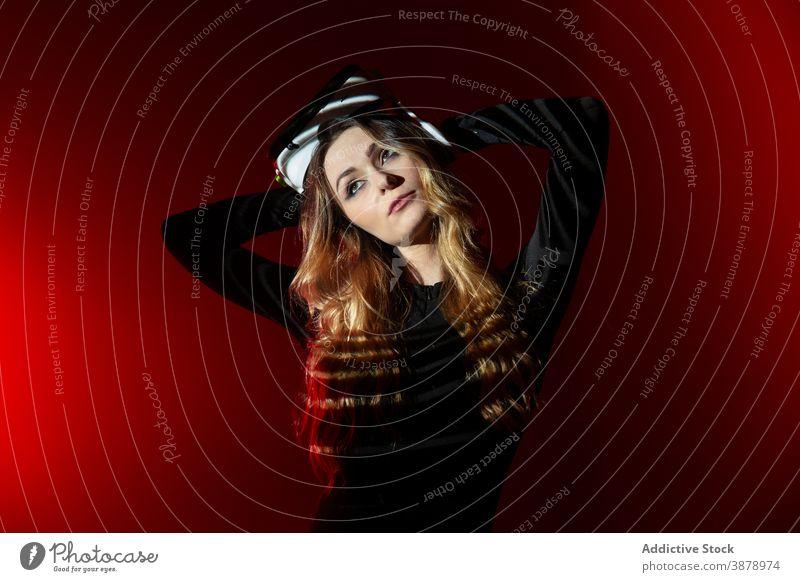 Junge Frau mit VR-Erfahrung Headset Technik & Technologie Gerät Virtuelle Realität modern Innovation Entertainment Video jung futuristisch Simulation Hightech